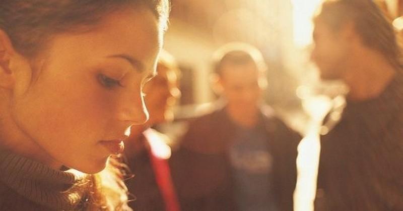 5 bežných spoločenských situácií, s ktorými sa introverti vyrovnávajú len veľmi ťažko