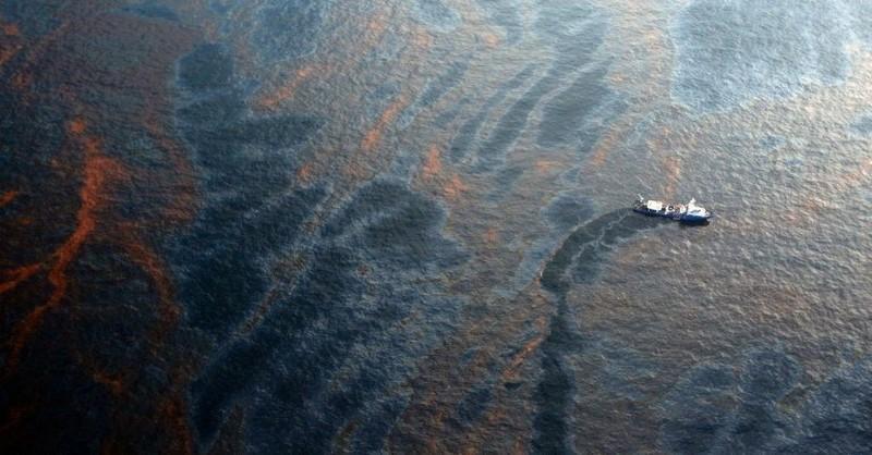 Na hladine Mexického zálivu už 14 rokov pláva rozliata ropná škvrna. Nikomu sa však o nej nechce hovoriť